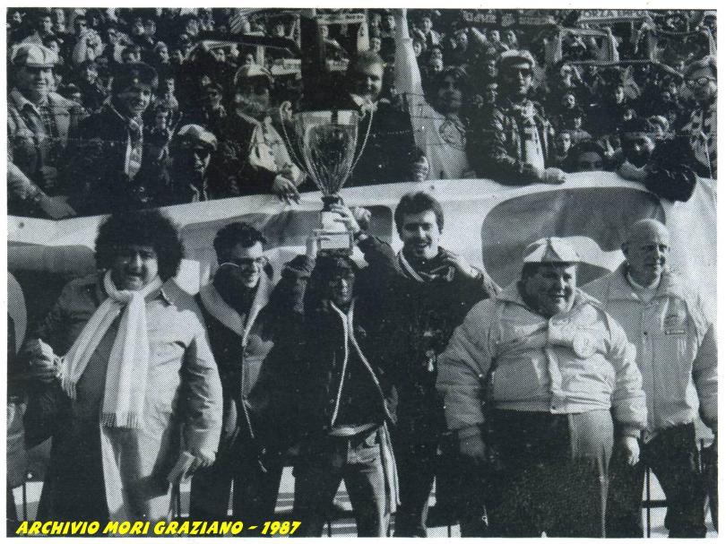 Sotto la Curva Sud per festeggiare la vittoria ....... Ariani, Assirelli, Tasso, Graziano, Poppero, Biga