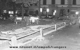 La FACILE violenza del corteo dei senesi contro le transenne e le auto in Piazza della Vittoria